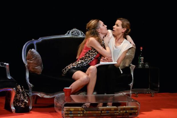 Olga-Sekulic-et-Lilou-Fogli-comédiennes-Jupe-Obligatoire-pièce-de-Nathalie-Vierne-et-Dominique-Coubes-Théâtre-du-Petit-Gymnase-Paris-humour-Thierry-Samitier-Ludovic-Berthillot
